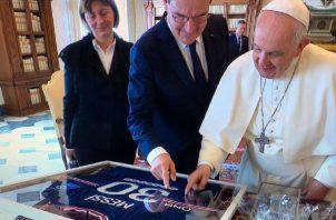 Papa observa la camiseta de Messi.