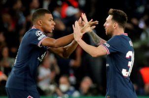 Lionel Messi (der.) y  Kylian Mbappé festejan un gol del PSG. Foto:EFE