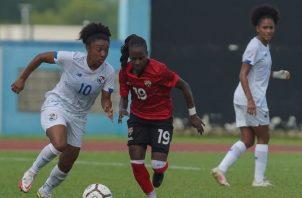 Marta Cox de Panamá conduce  el balón, ante el acecho de una jugadora de Trinidad y Tobago. Foto:Fepafut