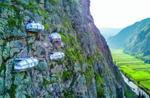 Para acceder al Skylodge Adventure Suites, en Perú, los huéspedes suben 400 metros a pie o se deslizan en tirolesa. Foto / Natura Vive.
