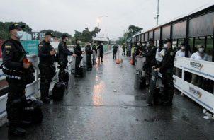 el Gobierno colombiano también cerró desde el sábado la porosa frontera con Venezuela, de 2.219 kilómetros, y declaró dos días antes la emergencia sanitaria, con lo que se cancelaron prácticamente todos los eventos públicos en el país. FOTO/EFE