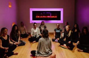 Algunas compañías ofrecen programas de bienestar para empleados. Una sesión de meditación en Vancouver. Foto / Kamil Bialous para The New York Times.