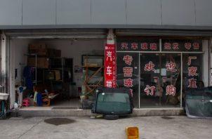 El taller mecánico de Zhang Xu en Shanghai tiene pocos clientes. Lamenta haber regresado al trabajo. Foto / Henri Shi para The New York Times.