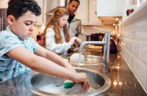 Ahora que están más tiempo con sus hijos por el coronavirus, traten de que se sientan motivados a cooperar en los quehaceres hogareños.
