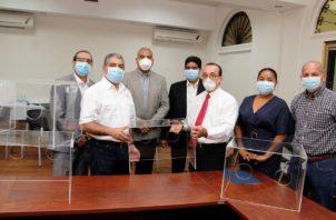 Universidad de Panamá dona 24 cámaras acrílicas al Minsa.