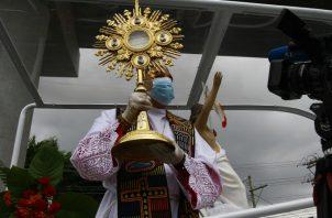 Luego de recorrer las principales calles de la ciudad, Ulloa llegó a la Basílica Catedral Santa María la Antigua, donde bendijo al país. Foto de Arquidiócesis de Panamá