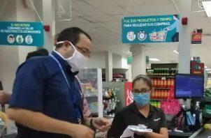 Además de las mascarillas de tela, los trabajadores recibieron información preventiva sobre la enfermedad, así como implementó de aseo como gel alcoholado. Foto/Thays Domínguez