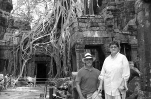 """Las ruinas de Ta Prohm, cubiertas de enormes raíces de árboles. Allí filmaron """"Tomb Raiders"""". El autor del escrito, Andrés Guillén junto a su esposa, Rosalyn. Foto: Cortesía del autor."""