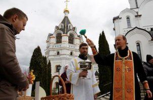 Decenas de controles policiales impedían a los cristianos ortodoxos aproximarse al emblemático templo de la ciudad amurallada, en el que repicaron las campanas cuando, según la tradición, el fuego descendió del cielo. FOTO/EFE