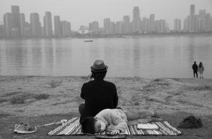 Las mascarillas y los guantes, muy usuales en ciudades con altos niveles de contaminación, serán parte de nuestro día a día. Foto: AP.