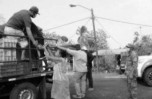 Pescadores de Pedasí regalan pescados a moradores como ayuda económica ante la crisis. Es la hora de pensar en la Patria, no en intereses mezquinos. Foto: Cortesía.