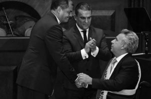 Momentos en que Rafael Correa (i) impone la banda presidencial al nuevo presidente del Ecuador, Lenin Moreno (d), en la Asamblea Nacional, en Quito (Ecuador), durante el acto de toma de posesión como presidente de la República de Ecuador. Foto: EFE