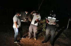 Funcionarios del Ministerio Público y la Policía Nacional se presentaron al lugar para realizar el levantamiento del cuerpo e iniciar las investigaciones de este lamentable caso. Foto/Melquiades Vásquez