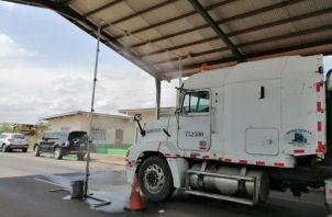 El dispositivo, permitirá desinfectar los autos a través de la aspersión de una solución de amonio cuaternario. Foto/Thays Domínguez