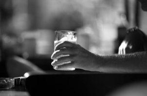 No poder dejar la bebida es señal clara de que ya es una adicción. El alcoholismo es una gran pandemia que existe desde el principio de la humanidad. Foto: EFE