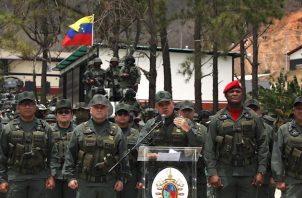 """Las autoridades, prosiguió, retuvieron """"una importante cantidad de armamento y equipos"""", algunas de las cuales fueron utilizadas en el efímero alzamiento militar del pasado 30 de abril de 2019 que estuvo encabezado por el líder opositor Juan Guaidó, reconocido como presidente interino de Venezuela por casi 60 países."""