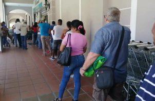 Las personas están saliendo de casa hacia los supermercados en los horarios que no les corresponde, lo que ha originado largas filas aglomeraciones. FOTO/Eric Montenegro