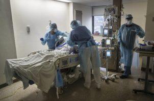 """""""EE.UU. se preparó para un nuevo 11 de septiembre, pero llegó un virus"""", dice un experto. Un paciente del virus en NY. Foto / Victor J. Blue para The New York Times."""