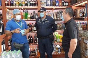 La policía se mantiene vigilante para que se venda la cantidad de licor establecida.