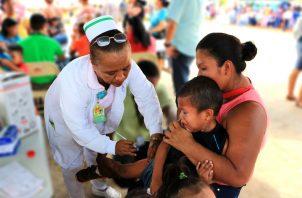 La vacuna se aplica a personas vulnerables.