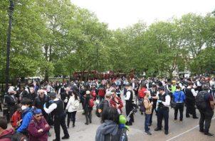 Los manifestantes se reúnen en incumplimiento de las normas de bloqueo en Hyde Park en Londres. FOTO/EFE