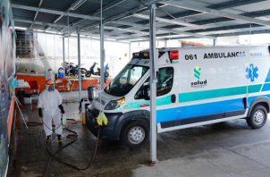 Todas las ambulancias o transporte que traslada a pacientes es debidamente limpiado con amonio cuaternario.