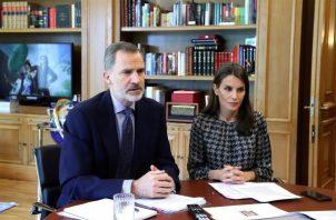 El rey Felipe VI (i) y la reina Letizia, participarán en un acto especial en memoria de laas víctimas del COVID-19. FOTO/EFE