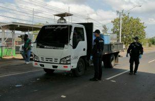 En retenes de Azuero, cientos de vehículos no han podido ingresar desde que inició la cuarentena. Thays Domínguez