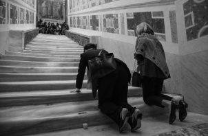 Escalera Santa en la Basílica San Juan de Letrán, en Roma , por la que según la tradición Jesús de Nazareth subió para ser juzgado. Dos mujeres la recorren antes de la fiesta de Pentecostés. Foto: EFE