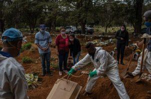 Más de 88 mil brasileños morirán en la epidemia, dice una proyección. Entierro de una víctima en São Paulo. Foto / Victor Moriyama para The New York Times.