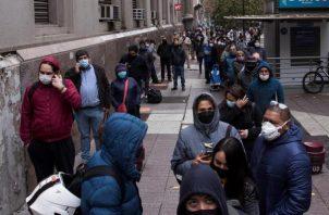 Chile se encuentra bajo estado de excepción, con toque de queda nocturno desde mediados de marzo, con colegios, universidades y fronteras cerradas, así como la mayoría de los comercios que no sean de primera necesidad. FOTO/EFE