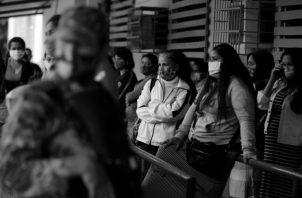 Cada panameño tiene una responsabilidad histórica que cumplir. Lo que menos podemos permitir ahora es que tengamos una sociedad enferma de COVID-19 y una economía que no arranca. Foto: AP.