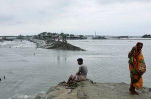 Un terraplén en Satkhira, Bangladesh que se deslavó por el Ciclón Amphan en mayo. Foto / Reuters.