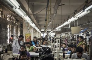 Mujeres trabajan en una fábrica de textiles en Bangalore, India. (Andrea Bruce/The New York Times)