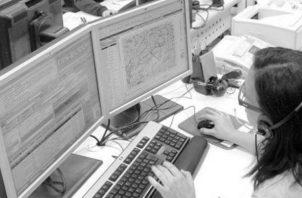 Durante la primera semana de mayo se recibieron aproximadamente 281 llamadas de individuos en crisis relacionadas con la economía, desempleo, el confinamiento y el aislamiento social. Foto EFE.