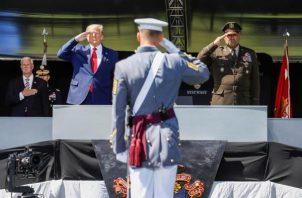 """Trump, que dijo que West Point es """"un símbolo universal de gallardía, lealtad devoción, disciplina y destreza"""", hizo un saludo marcial, manteniendo la distancia social, a cada uno de los 1.107 graduados, que se desprendieron del tapabocas para acercarse al podio donde se encontraba el mandatario. FOTO/EFE"""