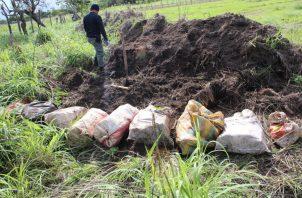 Los bultos estaban cubiertos de tierra.