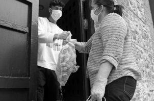 Buscar soluciones a las necesidades, para que cada ciudadano viva con los ingresos necesarios y merecidos. Foto: EFE.