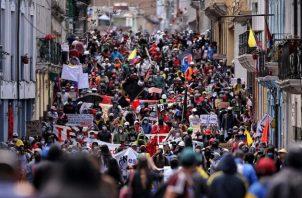 Las finanzas de Ecuador han sido afectadas por la pandemia. Una protesta en Quito, en mayo, contra salarios más bajos. Foto / Cristina Vega Rhor/Agence France-Presse — Getty Images.