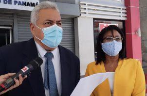 Los abogados Alejandro Pérez y Niurka Palacios presentaron la demanda penal. Foto Víctor Arosemena