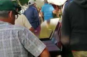 Los familiares tomaron la decisión una vez dejó de llover, trasladar el ataúd a pie por medio de unos potreros para entrar por la parte de atrás de la casa del muerto para poder velarlo y poder darle cristiana sepultura este miércoles.