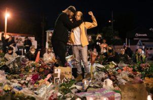 El asesinato de George Floyd a manos de la policía desató protestas en más de 150 ciudades de EE.UU. y en el mundo. Un tributo cerca de donde murió. Foto / Alyssa Schukar para The New York Times.