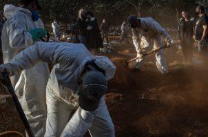 """""""No soy sepulturero"""", dijo el presidente Bolsonaro sobre el creciente número de muertes. Un cementerio en São Paulo. Foto / Victor Moriyama para The New York Times."""