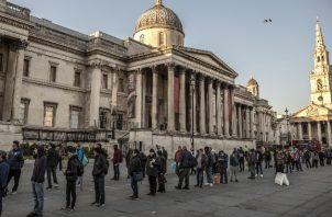 El Gobierno británico ha albergado a los indigentes en hoteles. Haciendo fila para comida en Trafalgar Square. Foto / Finbarr O'Reilly para The New York Times.