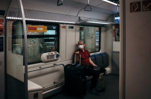 Jack Ewing, periodista de The New York Times, toma el tren para ir al aeropuerto en Fráncfort, Alemania, el 3 de junio de 2020. (Felix Schmitt/The New York Times)