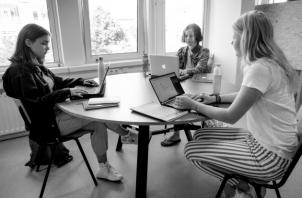 Los estudiantes de hoy tienen la capacidad de buscar información en algún dispositivo, deben enseñarles cómo buscar lo relevante y cómo confirmarlo. Foto: EFE.