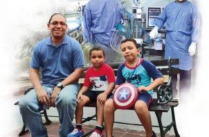 Eduardo Prado, jefe de Docencia de la Unidad de Cuidados Intensivos del Hospital Santo Tomas y sus hijos.