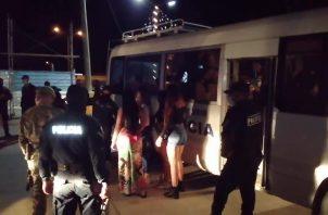 Dentro del recinto fueron ubicados otros cuatro ciudadanos chinos y cinco mujeres de diversas nacionalidades, presuntamente sexo servidoras, las cuales fueron remitidas a la Dirección Nacional de Migración.