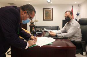 El secretario general del PRD, Pedro Miguel González, atendió este lunes en su despacho a funcionarios del Minsa. Foto @PRDesPanama