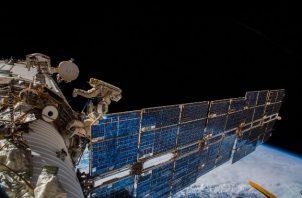 Cosmonautas instalan una antena en la Estación Espacial Internacional para rastrear a animales en la Tierra. Foto / A. Gerst/ESA/NASA.
